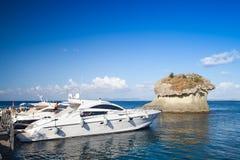 有乘客的被停泊的乐趣马达游艇 免版税库存照片