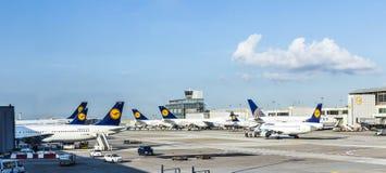 有乘客飞机装饰的在法兰克福, Germa终端1 免版税库存图片