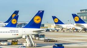 有乘客飞机装饰的在法兰克福, Germa终端1 免版税库存照片