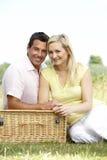 有乡下的夫妇野餐年轻人 图库摄影