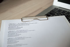 有书写纸的膝上型计算机键盘 免版税库存图片