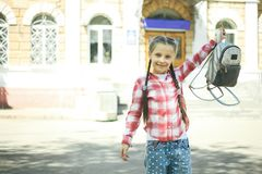 有书包的女小学生 免版税库存图片