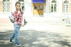 有书包的女小学生 免版税图库摄影