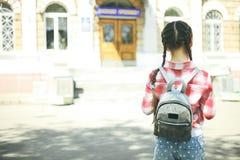 有书包的女小学生 免版税库存照片