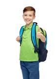 有书包的愉快的学生男孩 免版税库存照片