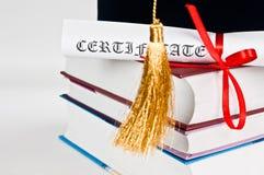 有书的毕业盖帽 库存照片