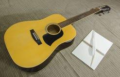 有书和笔的吉他 免版税库存照片