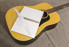 有书和笔的吉他 库存照片