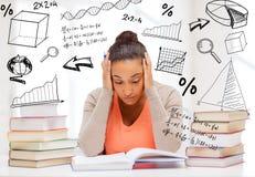 有书和笔记的疲乏的学生 免版税库存照片
