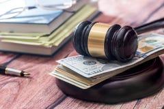 有书和美元的惊堂木 3d背景概念例证查出的法律回报了白色 免版税库存照片