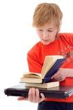 有书和膝上型计算机的少年 库存照片