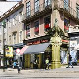 有书店的一个好奇门面的街道1月31日和圣卡塔利娜的角落 库存图片