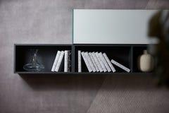 有书架和许多书的现代家庭书库 免版税库存照片