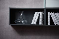 有书架和许多书的现代家庭书库 库存照片