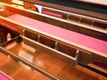 有书架的座位在空的教会里 大教堂内部w 库存照片