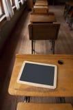 有书桌和粉笔板的一个室学校房子 免版税库存图片