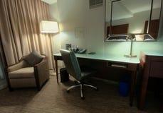 有书桌扶手椅子和镜子的书房 免版税库存图片