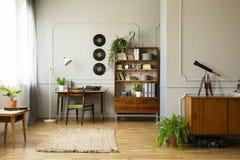 有书桌的葡萄酒样式家庭办公室有打字机和书架的在它旁边,真正的照片 免版税库存照片