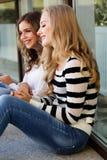 有书的两个少年女孩 免版税库存照片