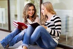 有书的两个少年女孩 免版税图库摄影