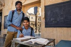 有书的印地安学生在斋浦尔 免版税库存图片