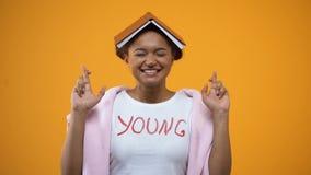 有书的在她的顶头横渡的手指,更好的记忆的学生仪式女孩 影视素材