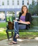 有书的大学生学习在校园里的 图库摄影