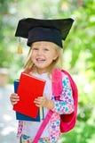 有书的女孩在毕业盖帽 库存图片