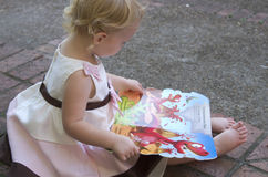 有书的女孩 免版税图库摄影