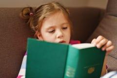 有书的小孩女孩 库存图片