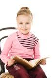 有书的小逗人喜爱的微笑的女孩 免版税库存图片