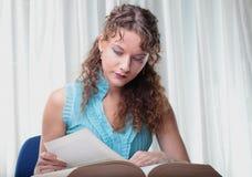 有书的少妇。 免版税图库摄影
