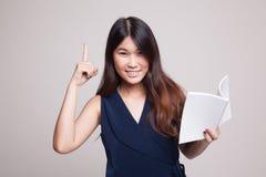 有书的年轻亚裔妇女有一个想法 库存图片