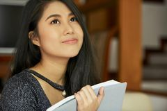 有书的年轻女人 免版税库存照片