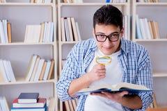 有书的年轻学生为检查做准备 免版税图库摄影
