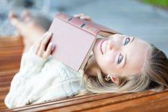 有书的愉快的女孩 免版税库存照片