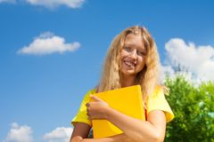 有书的愉快的女孩 免版税库存图片