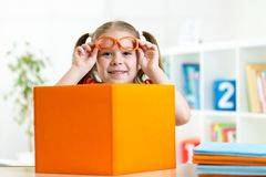 有书的愉快的微笑的孩子女孩,教育 免版税库存图片