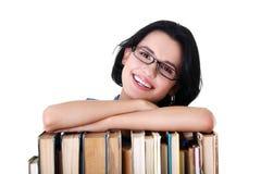 有书的愉快的微笑的新学员妇女 免版税图库摄影
