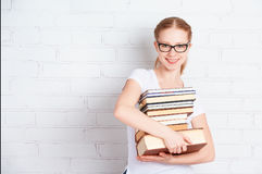 有书的愉快的成功的学生女孩 免版税库存图片
