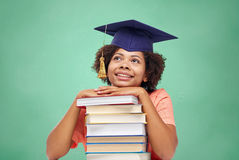 有书的愉快的非洲单身女子在学校 库存照片
