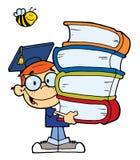 有书的毕业男孩在他们的现有量 免版税库存照片