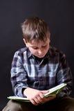 有书的男孩 图库摄影