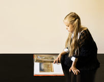 有书的美丽的小女孩 免版税图库摄影