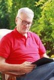 有书的老人 免版税库存照片