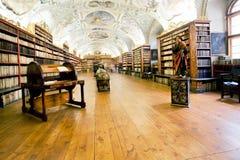 有书的老大厅在一个古老修道院里 免版税库存图片