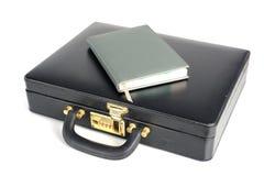 有书的黑企业皮革公文包 免版税库存照片