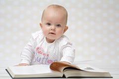 有书的婴孩 免版税库存照片