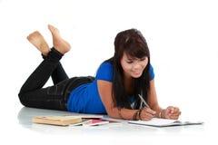 有书的年轻人微笑的亚裔妇女 免版税库存图片