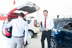 有买家审查的汽车的确信的经销商 免版税图库摄影